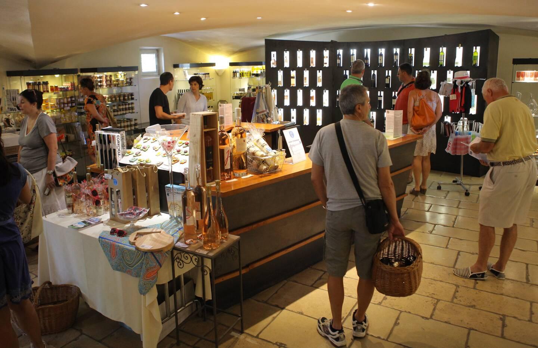 Outre les vins, la boutique propose aussi moult produits d'artisans locaux ainsi qu'une petite librairie. (Photo Adeline Lebel)