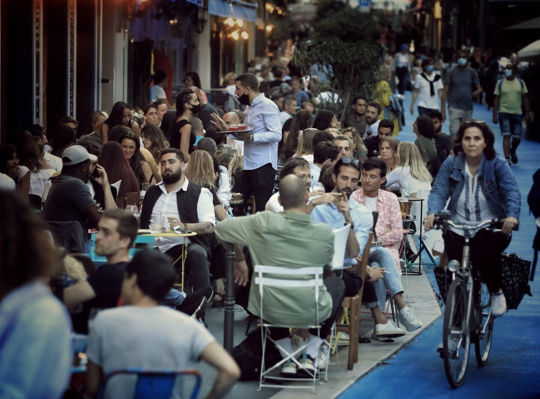 Depuis ce mercredi soir, le couvre-feu est reculé à 23 heures, les restaurants peuvent servir en intérieur en respectant une jauge de 50% et les terrasses peuvent être remplies à 100%. En respectant, toujours, une limite de six personnes par table.