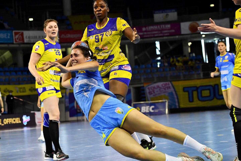 La pivot Louna Benezeth et la demi-centre Lisa Poissenot (en arrière-plan), ici lors du dernier match de la saison contre Saint-Amand, ont décidé d'arrêter le handball pour se consacrer pleinement à leurs études. (Photo Sophie Louvet)