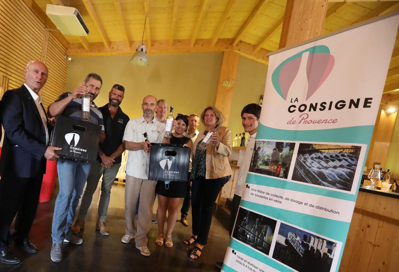 Les équipes des Vignerons de Correns et d'Ecoscience Provence ont présenté le concept au sénateur André Guiol (à gauche) et à la députée Valérie Gomez-Bassac (deuxième en partant de la droite).