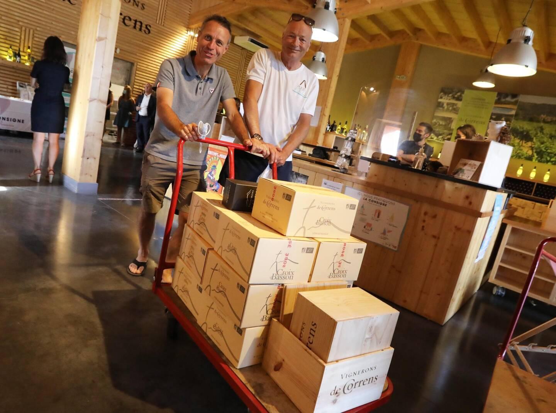 """Les clients, comme Bruno Reymond, venu acheter du vin avec un ami d'Europe du Nord, adhèrent à """"une très bonne idée""""."""