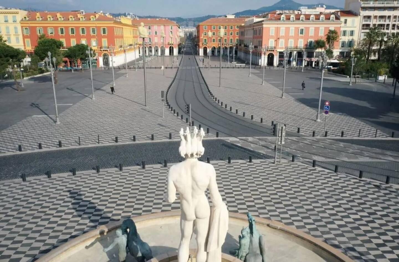 La place Masséna à Nice habituellement noire de monde voit sa fréquentation baisser drastiquement depuis le début de la pandémie de Covid-19.