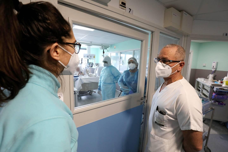 Alors que les entrées en service de réanimation sont au plus haut, les personnels soignants peuvent se faire vacciner depuis ce mardi. Une fois rodés, l'objectif est d'augmenter le nombre de piqûres par jour.