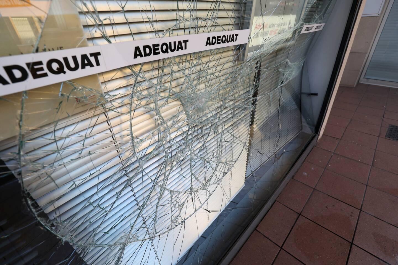 De nombreuses vitrines ont été brisées.