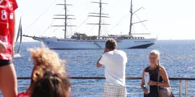 Quel est donc ce gros bateau amarré dans la baie de Saint-Raphaël ?