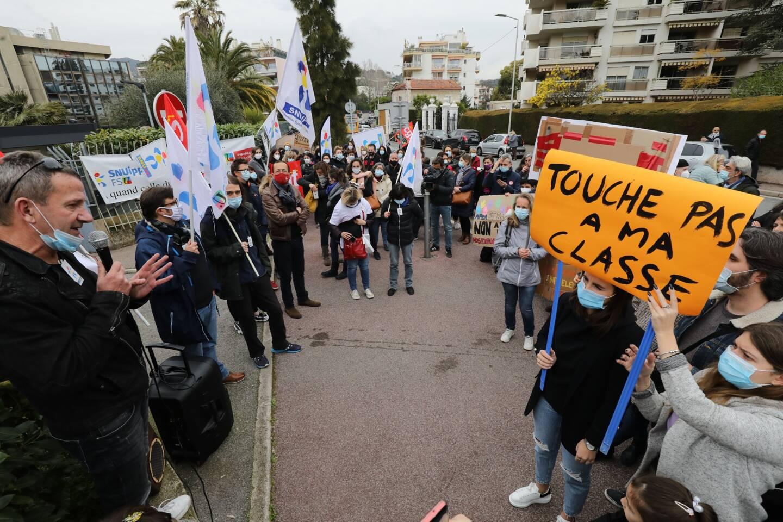 Manifestation d'enseignants et de parents d'élèves devant le rectorat de Nice contre le projet de fermeture de classes à la rentrée prochaine dans l'académie.