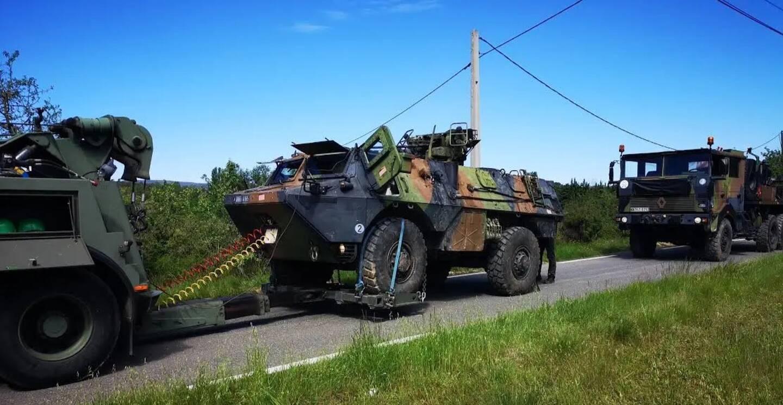 """Le remorquage du tank, un """"VAB"""" du 54e RA d'Hyères, a commencé ce mercredi matin."""