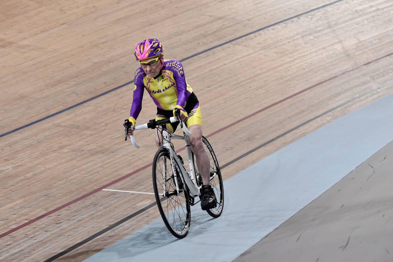 Robert Marchand sur ce vélo qui a fait, à un âge avancé, sa gloire.