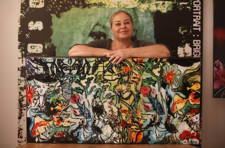 La toile hommage reprend les carreaux de la fresque originale mais également des pans de l'histoire d'amour entre Marais et Cocteau.