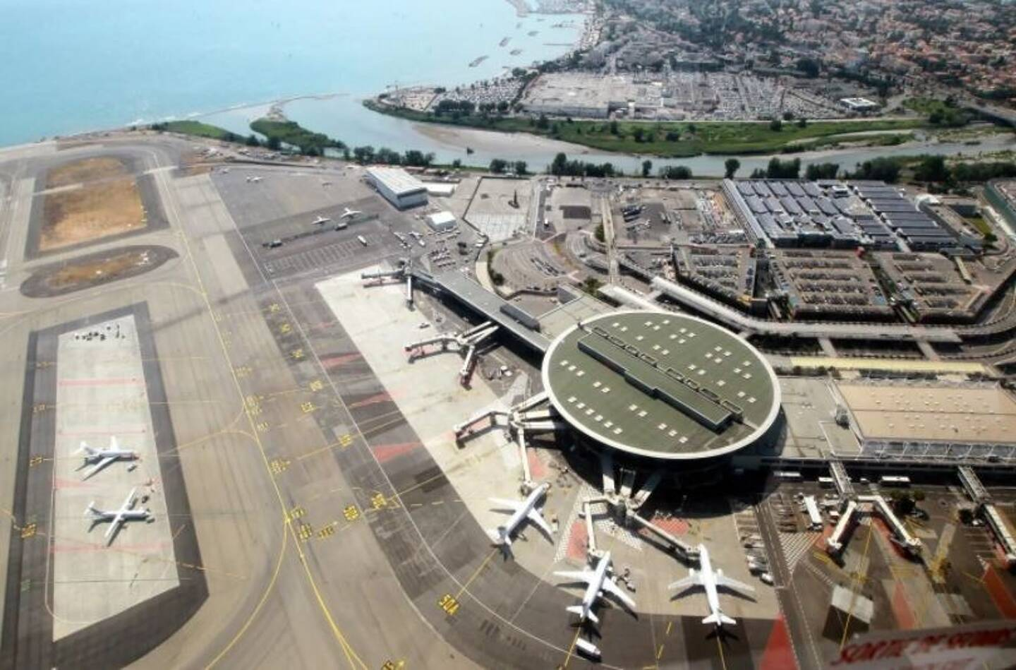 Vue aérienne de l'aéroport de Nice.