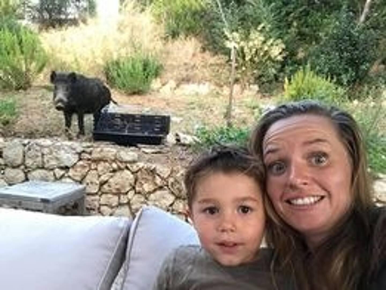 Nikki et son fils, et leur drôle de convive près du barbecue.
