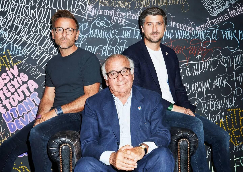 Serge Trigano entouré de ses fils, (de gauche à droite Benjamin, Serge et Jérémie), propriétaires des hôtels Mama Shelter.