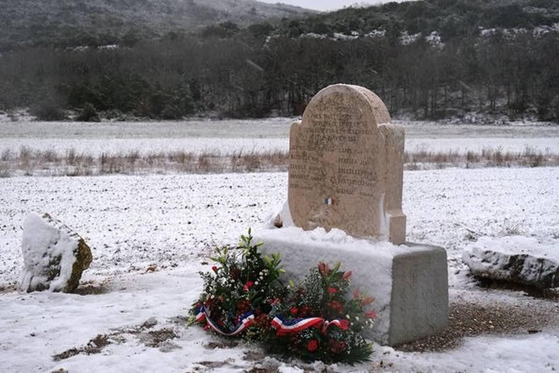 L'hommage aux fusillés de la ferme de la Limate à Signes s'est fait en comité très restreint et avec un invité imprévu: la neige!