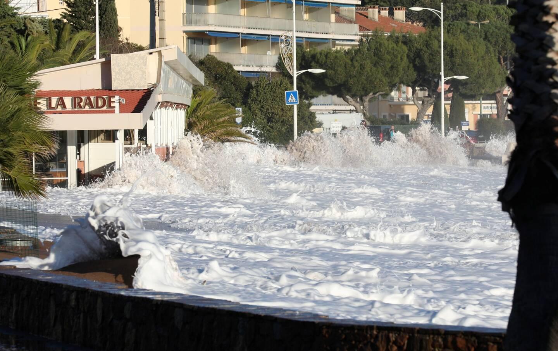 Des vagues impressionnantes en bord de mer, au quartier d'Agay.