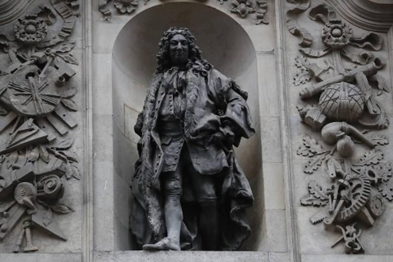 La statue du marchand et esclavagiste Sir John Cass, ici en juin 2020, sur le mur de la Sir John Cass Foundation dans la City of London, va être enlevée.
