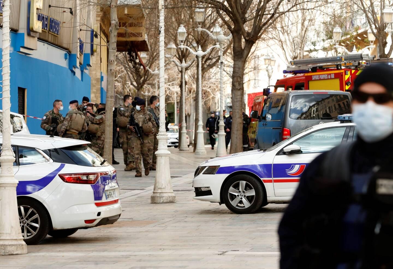 Rues barrées, policiers et militaires en nombre après la découverte d'une tête décapitée dans un carton en centre-ville de Toulon ce lundi.