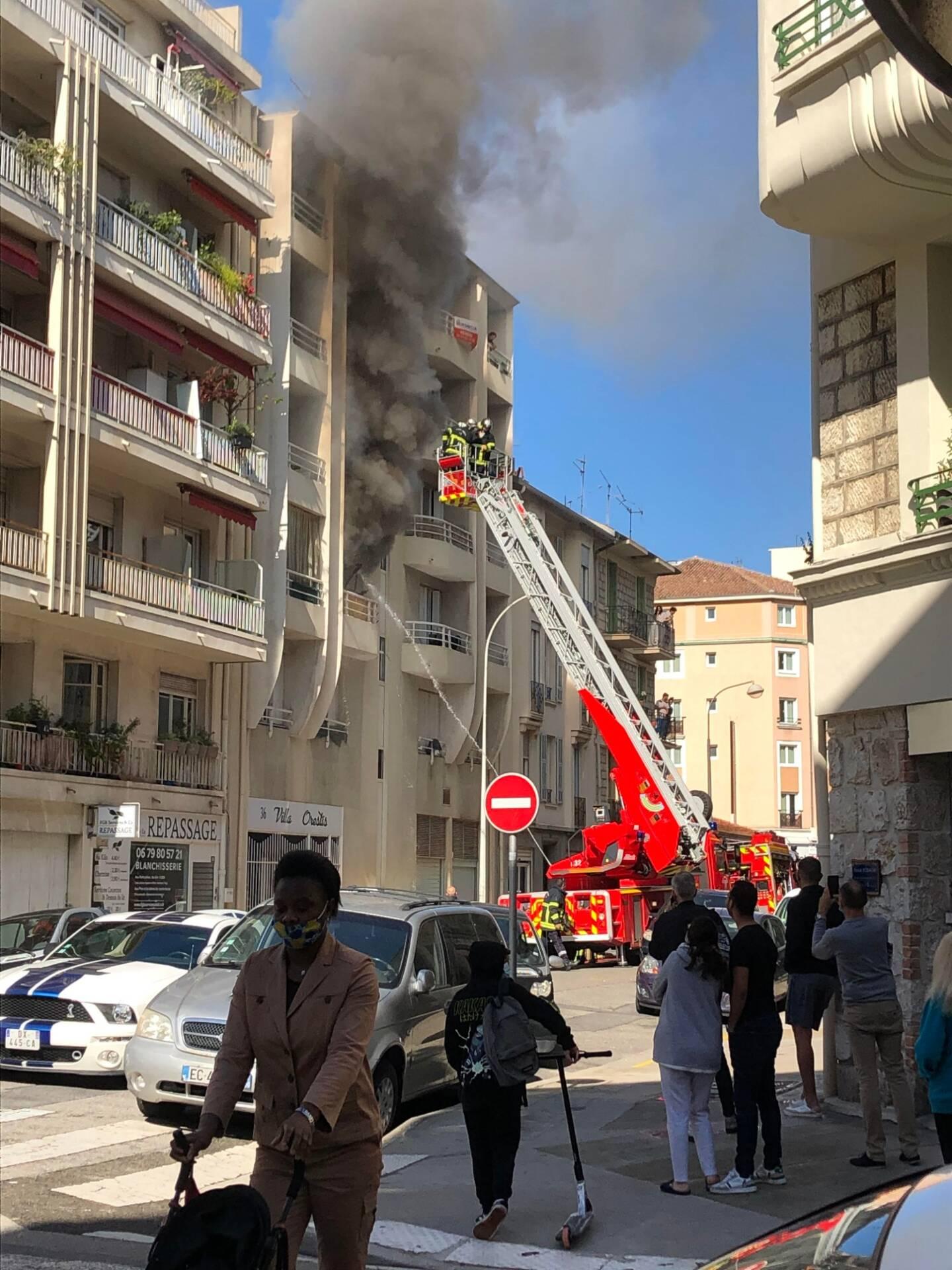 Une épaisse fumée s'échappe de l'appartement.