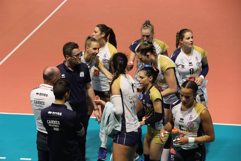 L'équipe de volley féminine du RC Cannes
