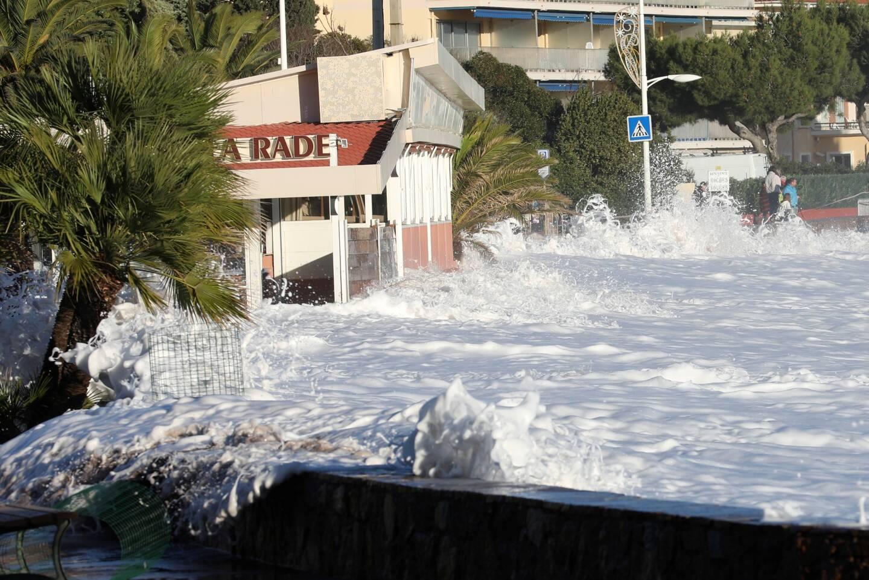 À Agay, la circulation sur le bord de mer a dû s'effectuer par alternance une bonne partie de la journée.