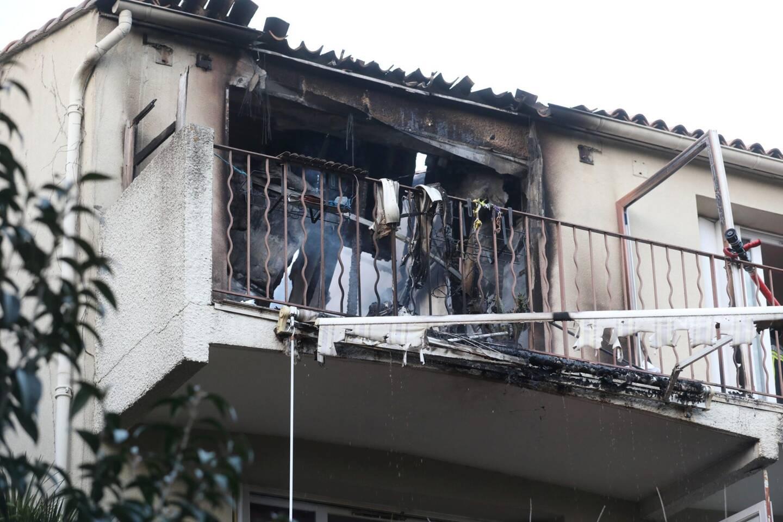 L'homme a été retrouvé sans vie sur la terrasse cloisonnée de son appartement en proie aux flammes.