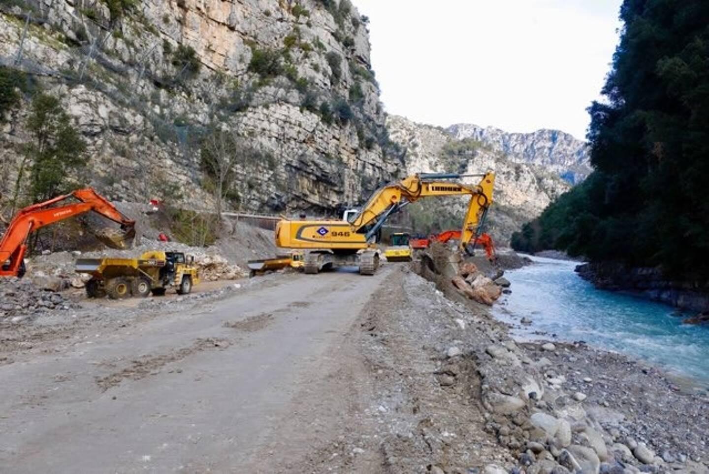 La Métropole travaille à la construction d'une piste dans le lit de la rivière.