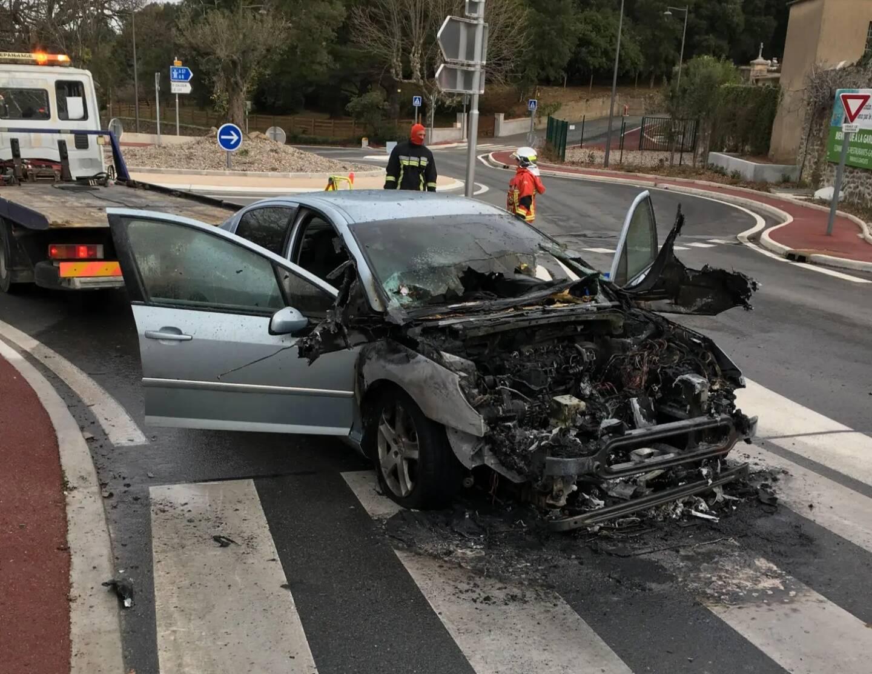 Plus de peur que de mal pour le conducteur de la Peugeot qui s'est embrasée en arrivant à un rond-point.