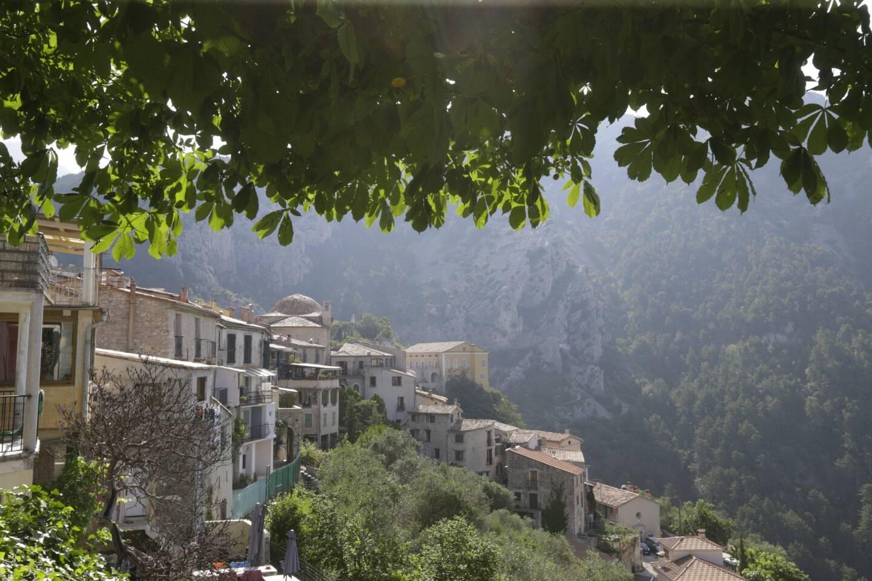 Une vue du village de Peille sur la Côte d'Azur.