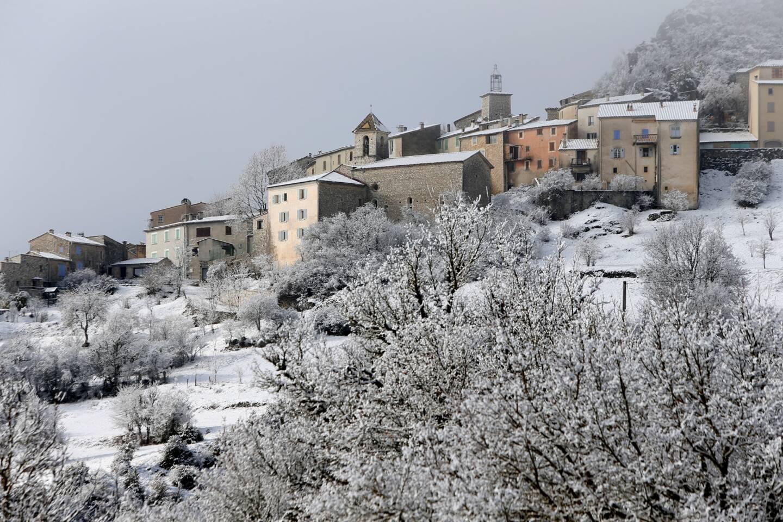 Vue du village de Trigance sous la neige.