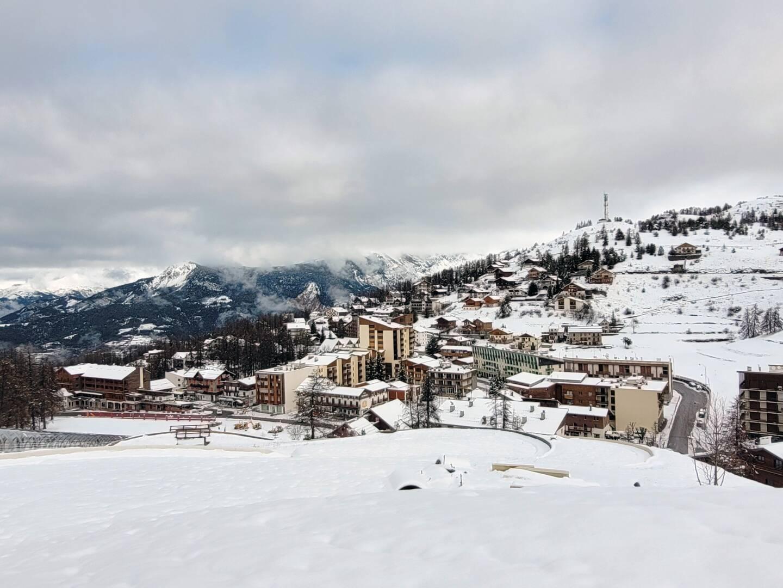 Une couche de 10 à 15 cm de neige a recouvert la station de sports d'hiver.